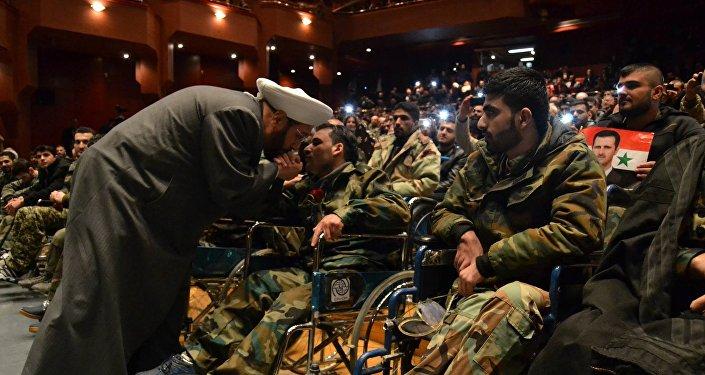 مفتي سوريا  يقبل أيادي الشهداء الأحياء