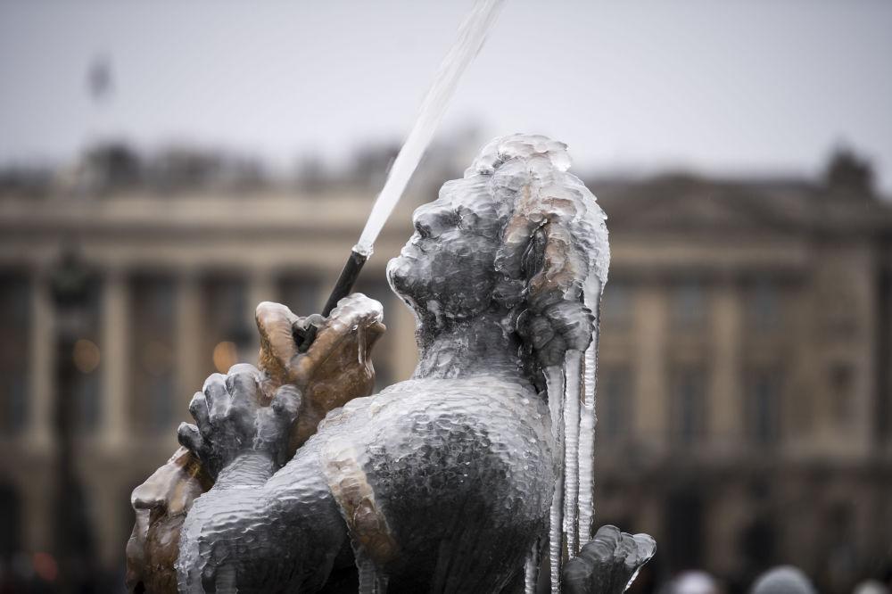 تمثال لنافورة مياه في لا بلاس دو لا كونكورد في باريس