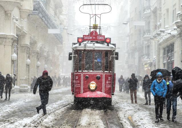 تساقط ثلج كثيف في حي التقسيم في مدينة اسطنبول