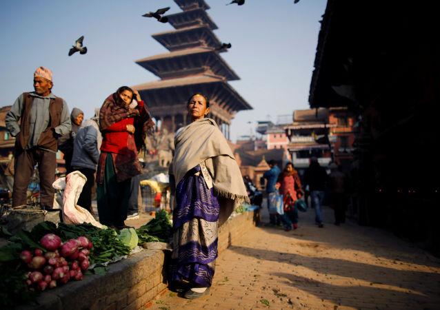 المتسوقون يتجمعون في السوق العام مع بدء طلوع الشمس في بهاكتابور، نيبال 10 يناير/ كانون الثاني 2017
