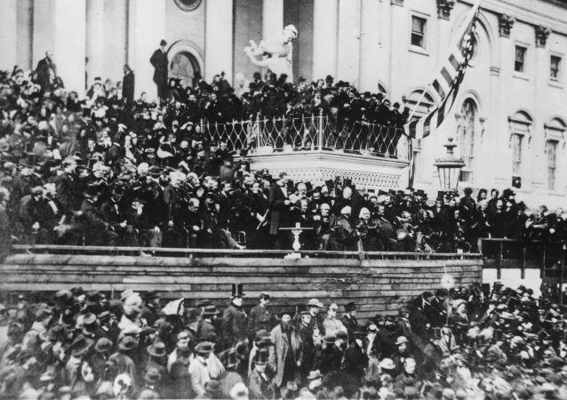 الرئيس الأمريكي أبراهام لينكولن (السادس عشر) خلال حفل تنصيبه الثاني، وخطابه الرئاسي الثاني أمام الحضور في الكابيتول، مارس/ آذار 1865