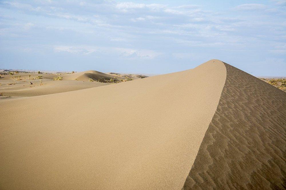 على أسوار المدينة تمتد الكثبان الرملية التي لا تنتهي.