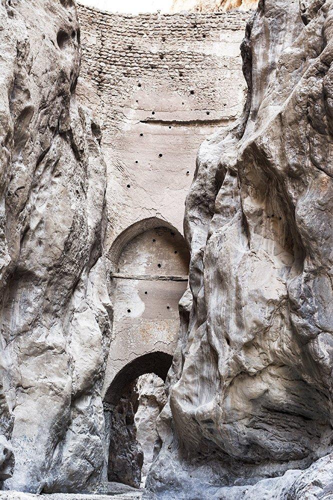 آثار التاريخ في تاباس محفوظة وتعود إلى عصر الصفوية.