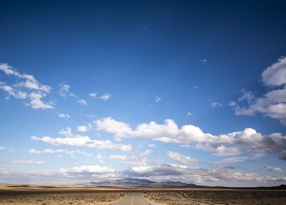 الطريق السريع إلى تاباس يمر عبر صحراء الملح