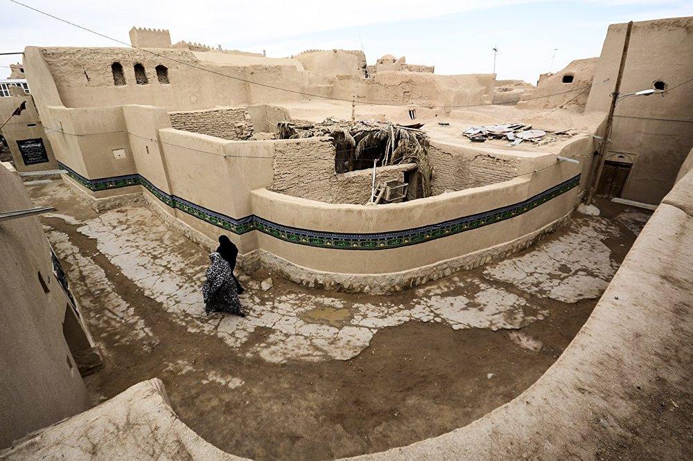 وسط تاباس وأسوار المدينة التي لم تتعرض لزلازل مدمرة من قبل.