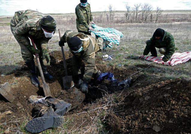 دفن الجنود الأوكرانيين القتلى