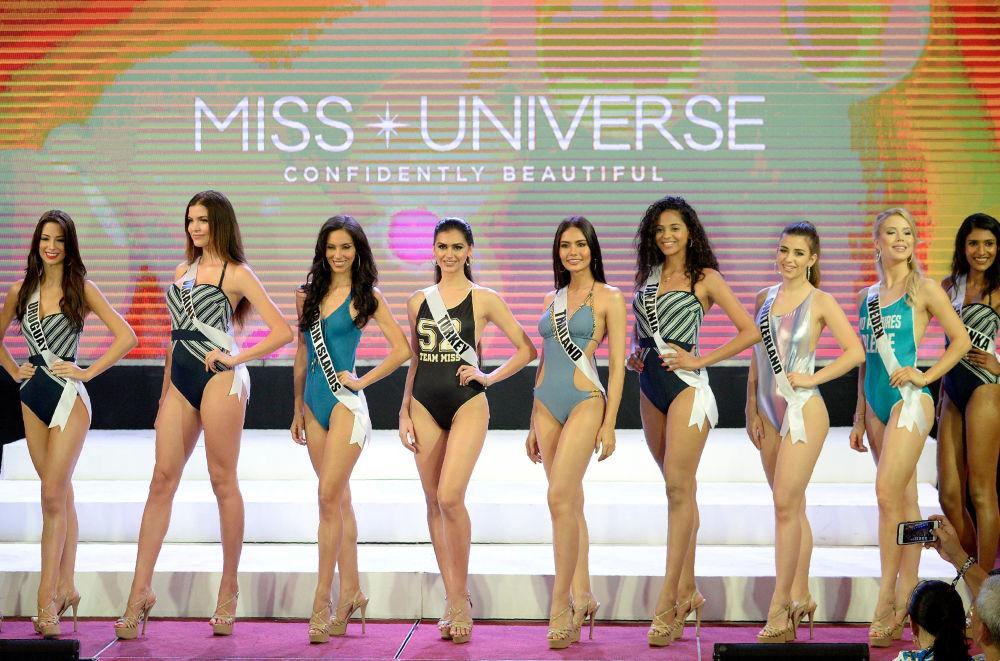 ملكة جمال الكون - المشاركات ترتدي زي السباحة خلال العرض في مدينة سيبو بالفلبين، 17 يناير/ كانون الثاني 2017