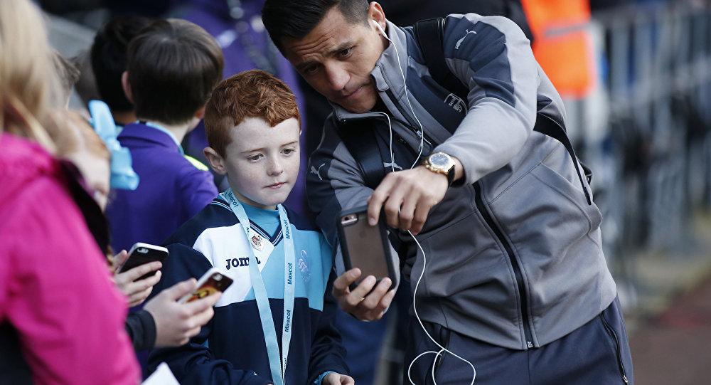 طفل يشاهد مباراة كرة قدم