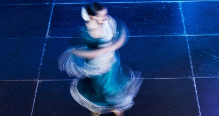 الرقص الشرقي في الهواء… فن إبداعي جديد يثير الاعجاب… فيديو
