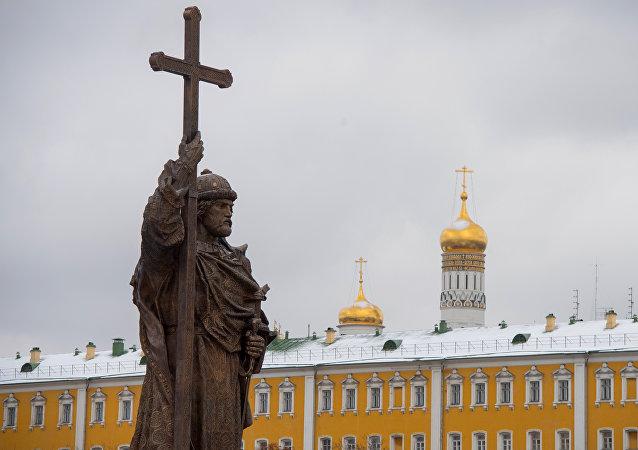 تمثال الأمير الروسي فلاديمير أمام الكرملين