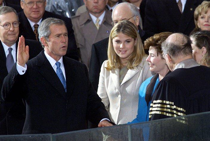 الرئيس جورج بوش يؤدي اليمين الدستورية أثناء تنصيبه رئيسا للولايات المتحدة في عام 2001