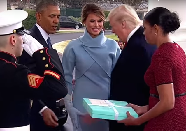 أوباما وزوجته في استقبال ترامب وميلانيا
