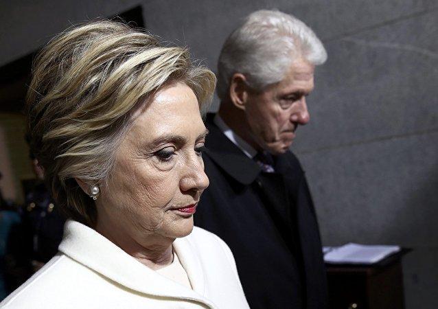 بيل وهيلاري كلينتون خلال حفل تنصيب الرئيس الأمريكي الجديد