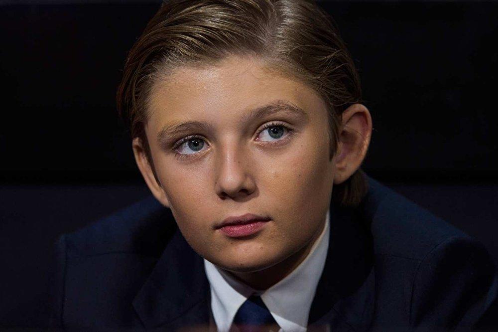 بالفيديو...هذا ما فعله ابن ترامب بينما يوقع والده أول قراراته