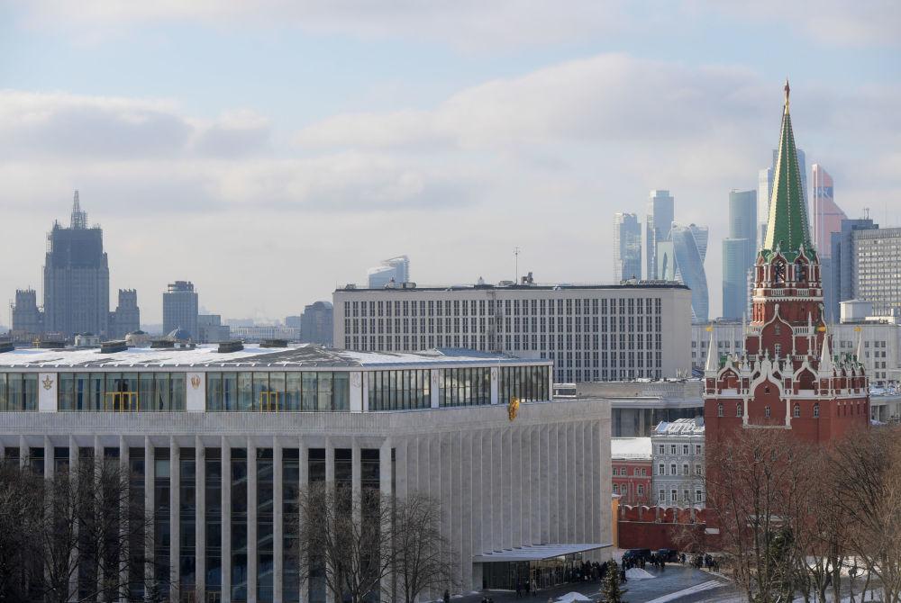 مجمع الكرملين الحكومي يظهر خلفه مبنى وزارة الخارجية