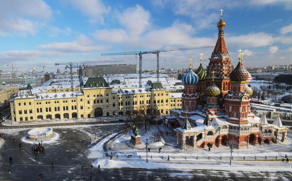 الساحة الحمراء في موسكو مع المحال التجارية و كنيسة فاسيلي بلاجيني