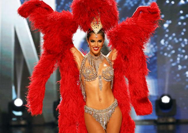 المتسابقة Iris Mittenaere تمثل فرنسا في مسابقة ملكة جمال الكون بالزي الوطني