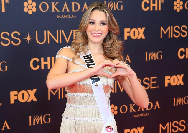 المتسابقة البوليفية أنتونيللا موسكاتيللي في مسابقة ملكة جمال الكون لعام 2017 على السجادة الحمراء أمام الصحفيين في مانيلا، الفلبين 30 يناير/ كانون الثاني 2017
