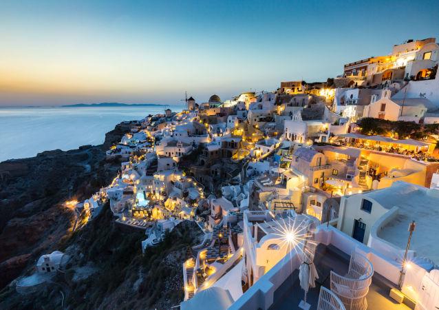 بنايات بيضاء في مدينة أويا، اليونان - للمصور مات باري المشارك في مسابقة National Geographic Traveller-2017