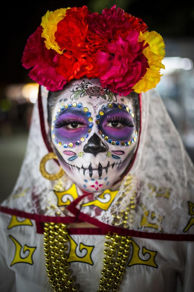 امرأة خلال مهرجان يوم الأموات في بارك دو لاس بالاس، المكسيك - للمصورة لاورا دايل المشارك في مسابقة National Geographic Traveller-2017