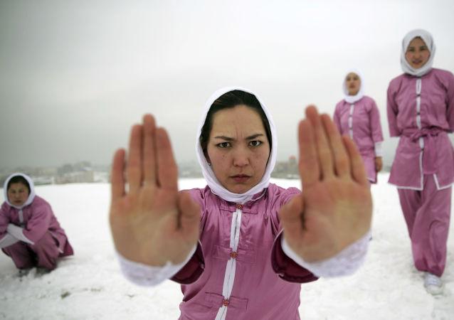 تدريبات نسائية في الفنون القتالية الصينية شاولين ووشو على تلة في كابول، أفغانستان 25 يناير/ كانون الثاني 2017