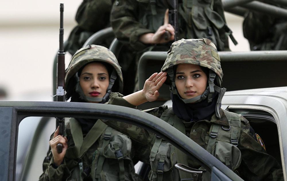 كتيبة النساء في قوات حرس الرئيس الفلسطيني أثناء التدريبات بمشاركة قوات الأمن الفلسطيني  بمخيم للشباب في مدينة أريحا، الضفة الغربية، فلسطين 25 يناير/ كانون الثاني 2017
