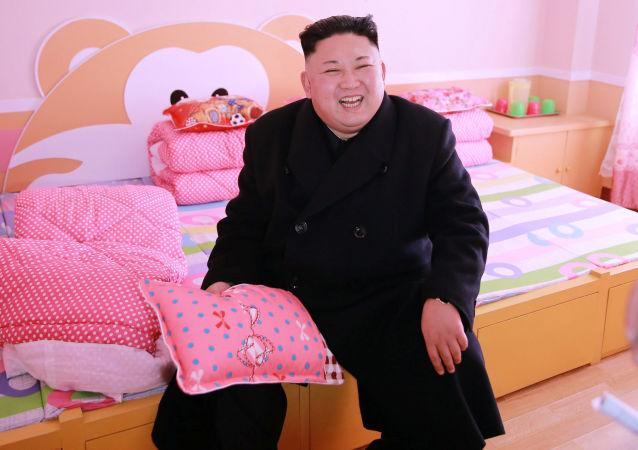 زعيم كوريا الشمالية كيم جونغ أون يعطي توجيهات ميدانية للمدرسة الابتدائية بيونغ يانغ للأيتام، 2 فبراير/ شباط 2017.
