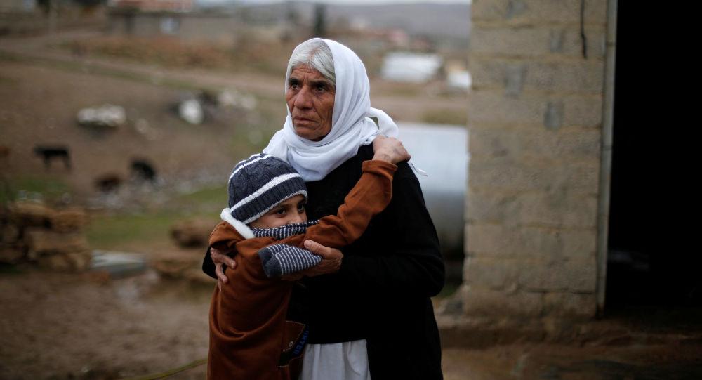 أيمن يحتضن جدته لدى عودته إلى عائلته في دهوك، العراق 31  يناير/ كانون الثاني 2017