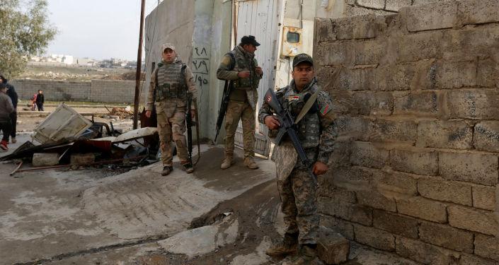 قوات الجيش العراقي تقف خارج منزل والدا أيمن