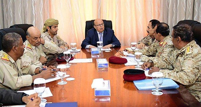 الرئيس هادي خلال لقاء مع قيادات عسكرية من قيادات التحالف العربي والشرعية