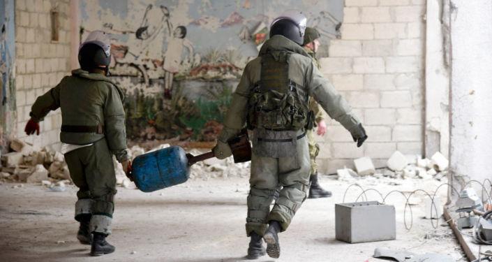 خبراء إزالة الألغام من المركز الدولي لإزالة الألغام التابع للقوات المسلحة الروسية