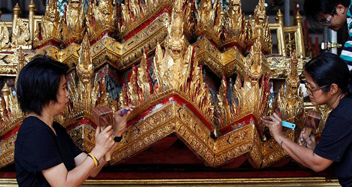 عربة مذهبة لنقل ملك تايلاند