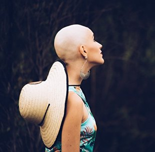 فتاة برازيلية تصبح مشهورة بغض النظر عن مرض السرطان