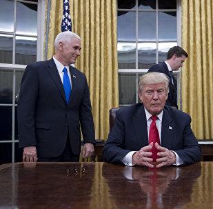 الرئيس الأمريكي دونالد ترامب مع وزير الأمن الداخلي جون كيلي