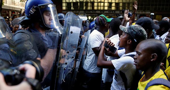 مواجهات بين متظاهرين والشرطة أمام البرلمان في جنوب أفريقيا