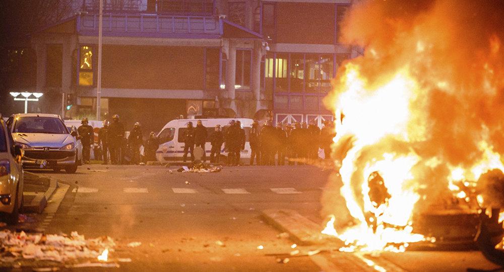أعمال شغب في باريس عقب اغتصاب الشرطة لمهاجر