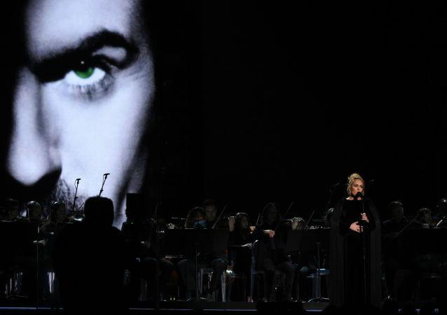 المغنية البريطانية أديل خلال أدائها لأغنية المغني الراحل جورج مايكل أثناء الحفل الـ 59 لتوزيع جوائز غرامي الموسيقية في لوس أنجلوس، كاليفورنيا، الولايات المتحدة 12 فبراير/ شباط 2017