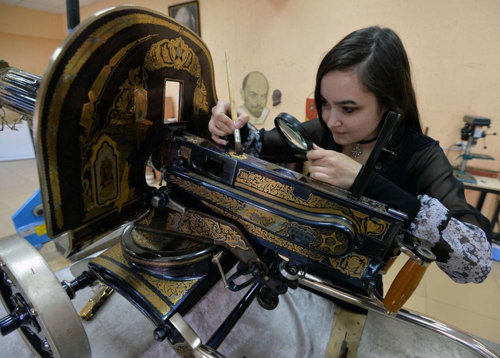 موظفة بمصنع زلاتوست لانتاج الأسلحة تعمل على تصنيع مجموعة من الأسلحة-الهدايا لوزارة الدفاع الروسية في زلاتؤوست