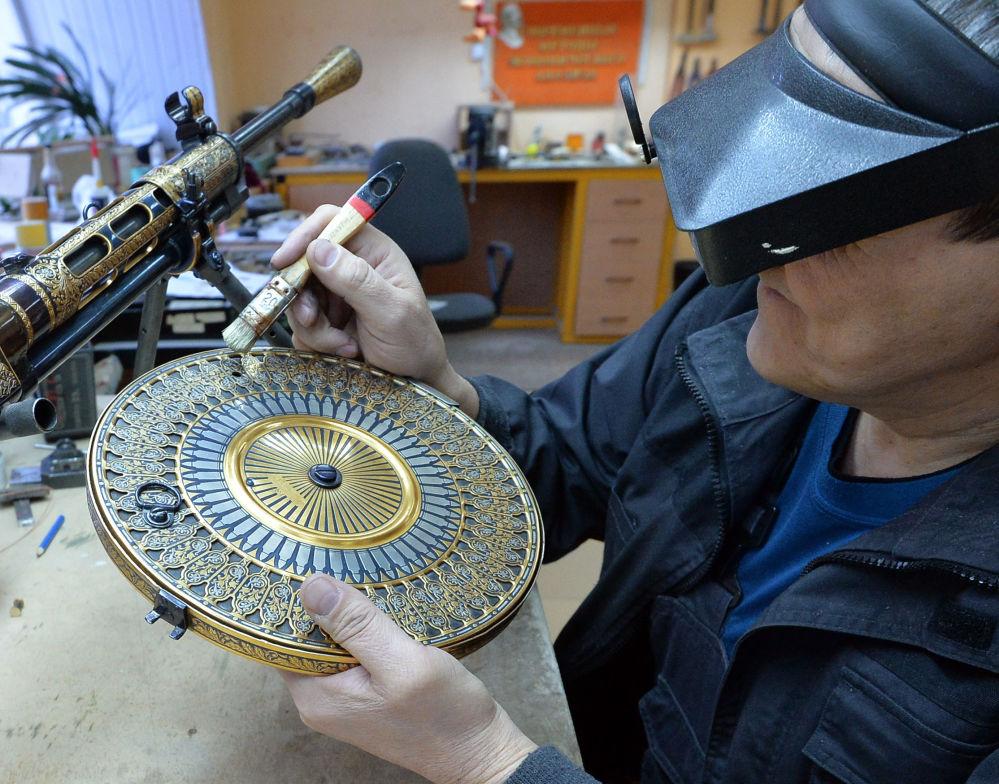 موظفة بمصنع زلاتوست لانتاج الأسلحة يعمل على تصنيع مجموعة من الأسلحة-الهدايا لوزارة الدفاع الروسية في زلاتؤوست