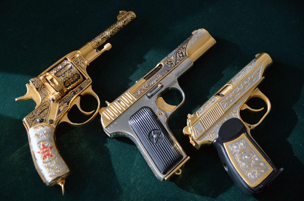 مجموعة من الأسلحة-الهدايا لوزارة الدفاع الروسية في زلاتؤوست