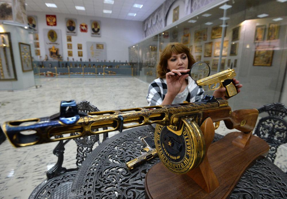 موظفة بمصنع زلاتوست لانتاج الأسلحة تقوم بفحص مجموعة من الأسلحة-الهدايا لوزارة الدفاع الروسية في زلاتؤوست