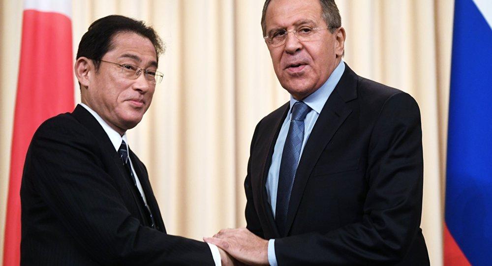 وزير الخارجية الروسي سيرغي لافروف، مع نظيره الياباني كيشيدا