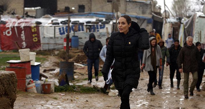 أنجلينا جولي في مخيم للاجئيين
