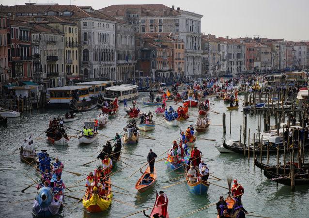 المشاركون في كرنفال فينيسيا للأقنعة يركبون قناة غراند كانال في البندقية، إيطاليا 12 فبراير/ شباط 2017