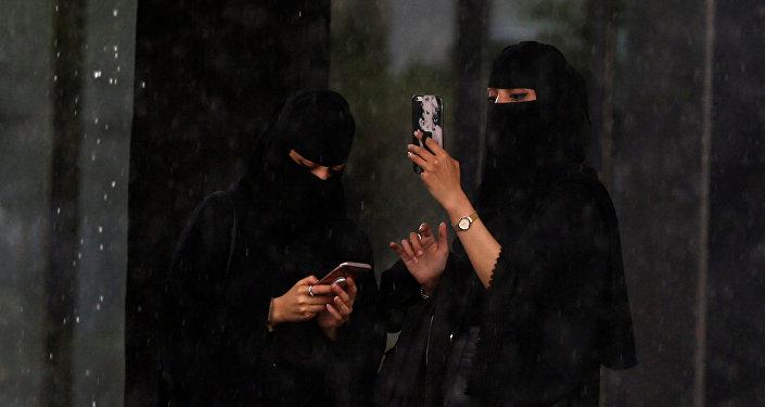 سيدات في العاصمة السعودية الرياض يستخدمن الهواتف