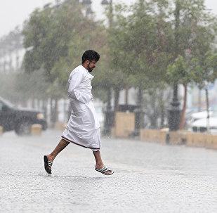 سعودي يجري بسبب الأمطار في العاصمة السعودية الرياض