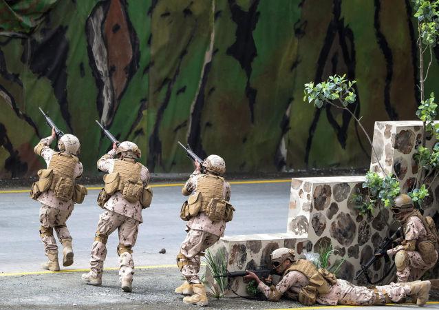 القوات الإماراتية خلال معرض آيدكس الدولي للسلاح والمعدات العسكرية في أبو ظبي، الإمارات العربية المتحدة 19 فبراير/ شباط 2017