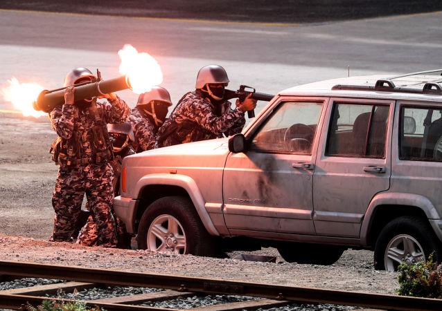 الجنود الإماراتيون خلال معرض آيدكس الدولي للسلاح والمعدات العسكرية في أبو ظبي، الإمارات العربية المتحدة 19 فبراير/ شباط 2017