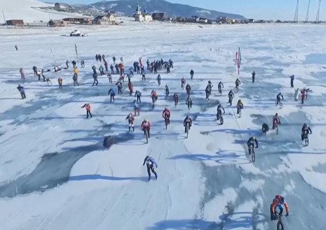 سباق الدراجات الهوائية على سطح بحيرة بايكال الروسية المجمدة