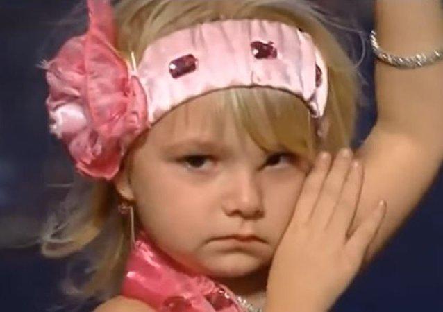 طفلة ترقص وتبكي